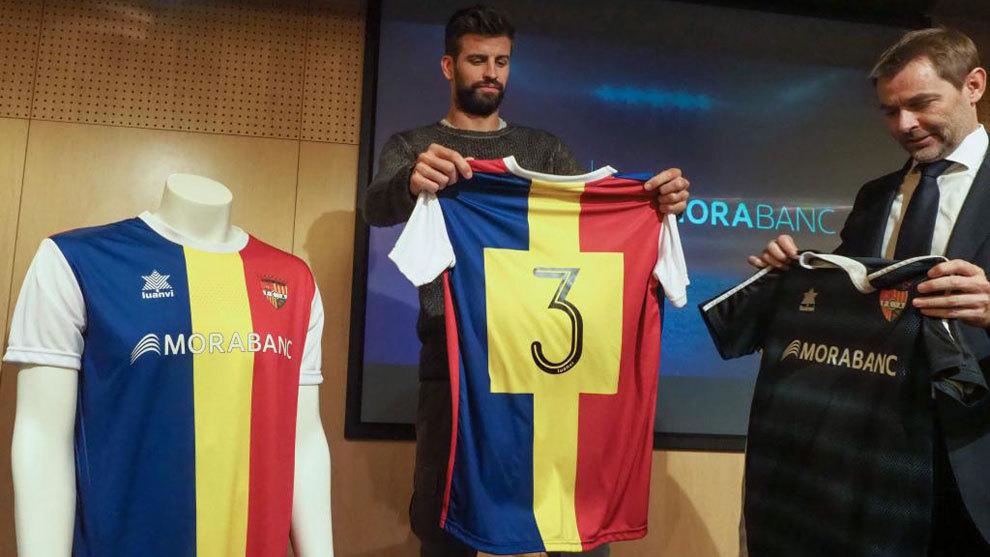 Piqué posa con la camiseta del Andorra y su número '3'