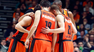 Los jugadores del Valencia en el primer partido de la final ante el...