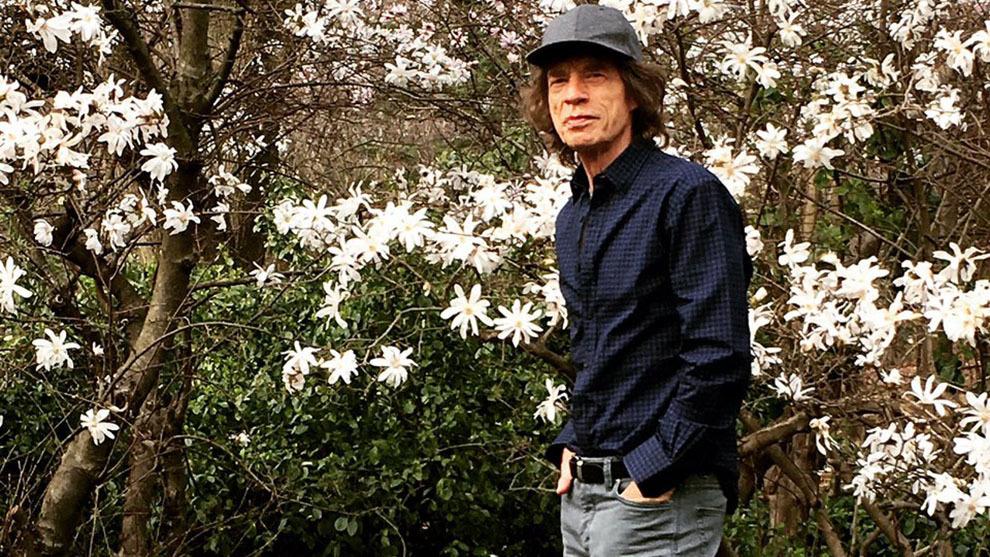 Mick Jagger caminando por un parque luego de su operación