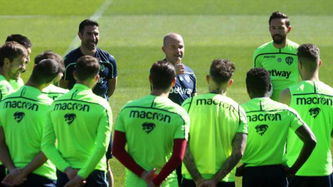 Paco López pone en tensión a sus 21 jugadores antes del derbi