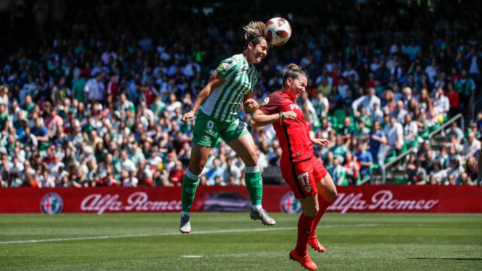Una acción del partido entre el Betis Féminas y el Sevilla en el...