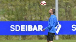 Pedro León controla el balón en un entrenamiento del Eibar.