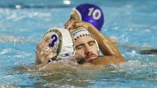 Dos jugadores del Zodiac Atlétic Barceloneta celebran un triunfo.