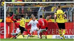 Jadon Sancho marca el segundo gol del Dortmund contra el Mainz.