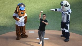El jugador de Rayados lanzó la primera bola del México Series 2019