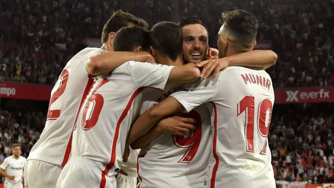 Los jugadores del Sevilla abrazan a Sarabia tras el 2-1.