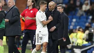 Zidane saluda a Llorente tras un cambio.