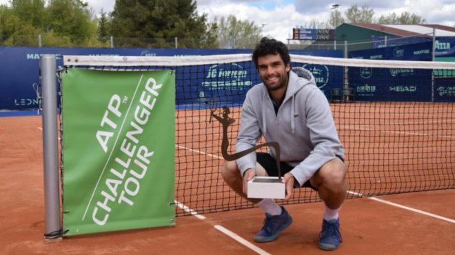 Pablo Andújar posa con el trofeo del Ferrero Challenger.
