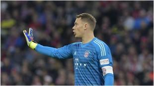 Neuer da indicaciones a sus compañeros.