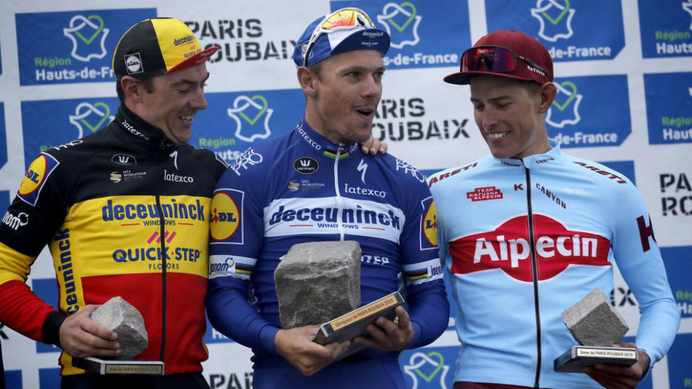Gilbert celebrando el triunfo junto a Politt y Lampaert.