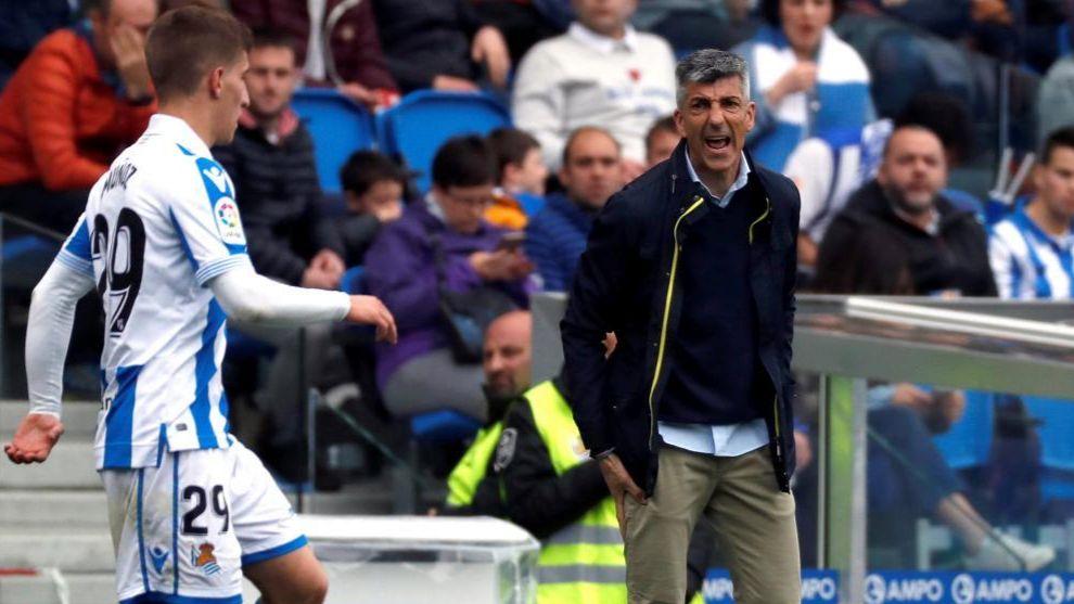 Imanol se dirige al joven Aihen Muñoz durante el partido contra el...