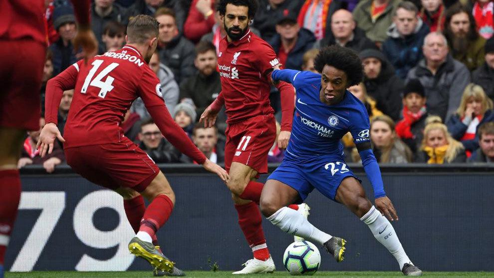Willian trata de irse de Henderson ante la mirada de Salah.