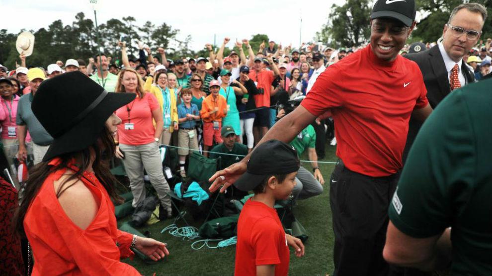 Tiger Woods celebra la victoria con sus hijos.