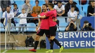 Juan Muñoz celebra su primer gol, mientras que Borja Galán le abraza