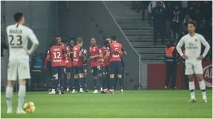 El Lille celebra el gol de Pépé ante la desesperación de Draxler.