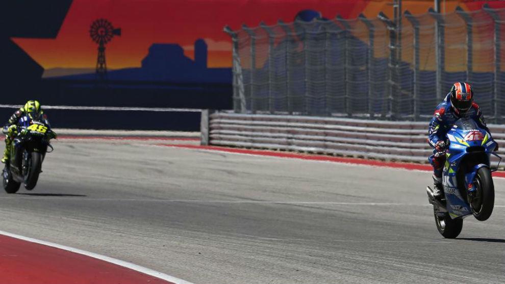 Rins cruza la meta de Austin delante de Rossi.