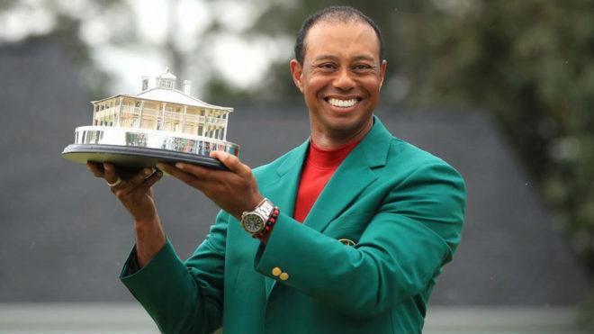 Tiger Woods, con la chaqueta verde y el trofeo que le acredita como...