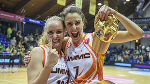 Alba Torrens celebra la consecución de la Euroliga con Elena Beglova.