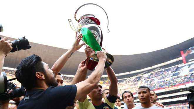 Oribe levanta la Copa.