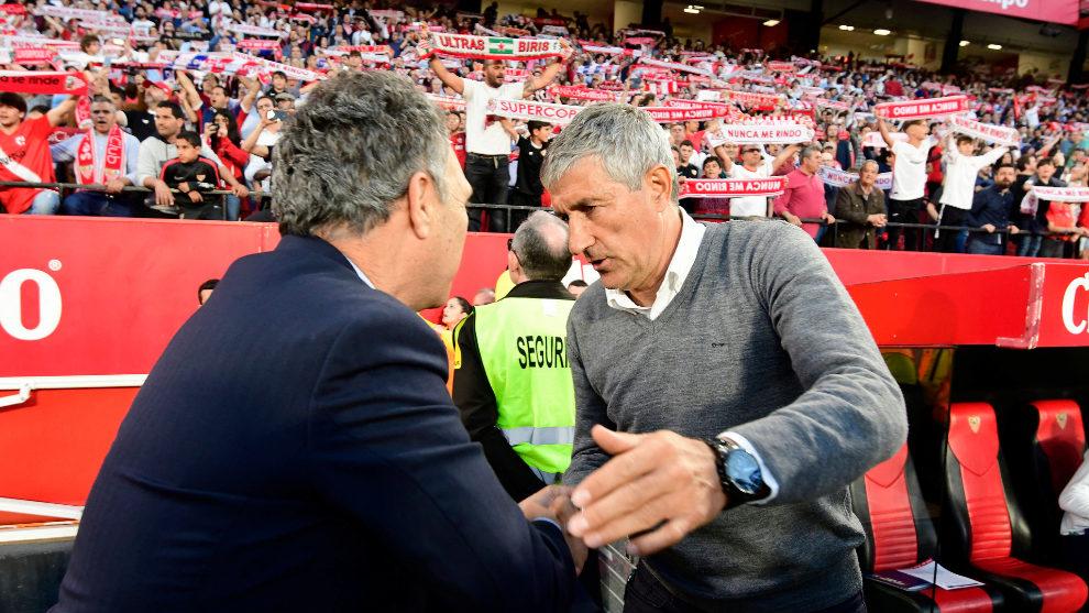 Joaquín Caparrós y Quique Setién se dan la mano antes del derbi.