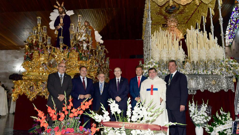 Los dirigentes del Sevilla, en la ofrenda floral a la Hermandad del...