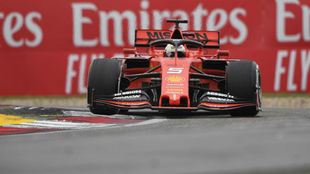 Vettel transita por una curva durante el GP de China.