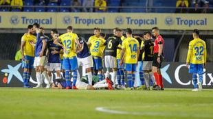 Los jugadores de Las Palmas, ante el Cádiz.