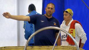 Fred Vergnoux, dando instrucciones a Mireia Belmonte en el Open de...