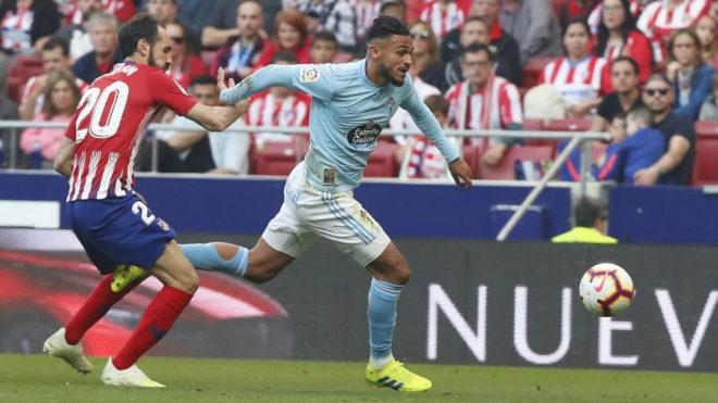 Boufal se marcha de Juanfran en el último partido de Liga que...