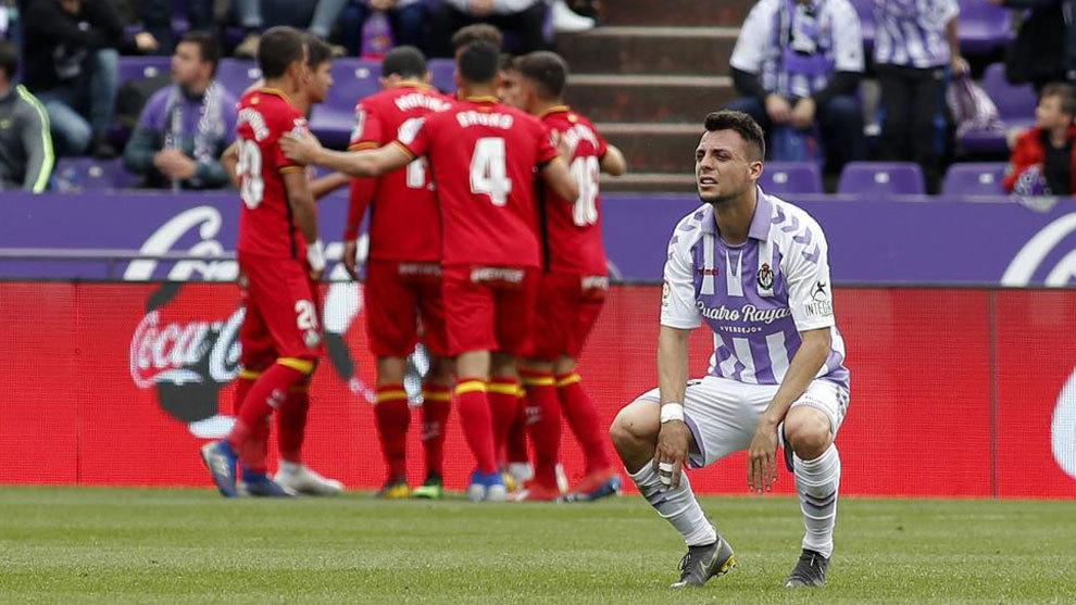 Óscar Plano se lamenta mientras los jugadores del Getafe celebran un...