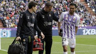 Anuar se retira lesionado del partido del domingo ante el Getafe.