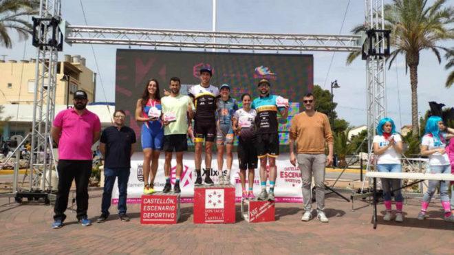 El podium masculino y femenino posan durante la entrega de trofeos.