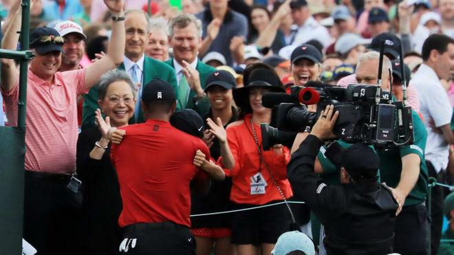 Tiger se funde en un abrazo con su hijo Charlie, delante de la abuela...