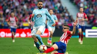 Boudebouz intenta superar a Montero en el partido del sábado frente...