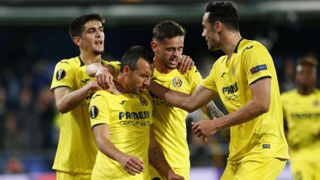 Santi Cazorla es felicitado por sus compañeros tras anotar un gol.