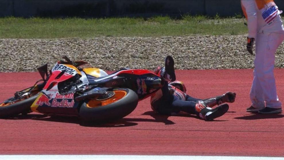 Márquez, en el suelo tras intentar levantar su moto en Austin.