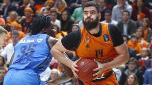 Bojan Dubljevic supera la defensa de Nnoko.