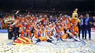 Los jugadores del Valencia Basket celebran la consecución de la...