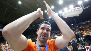 Rafa Martínez, con lágrimas en los ojos, celebra la Eurocup.