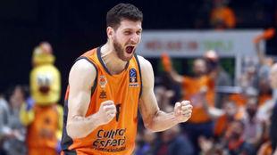 Antoine Diot delebra una canasta del Valencia Basket.