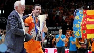 Juan Roig con Rafa Martínez con el trofeo de la Eurocup