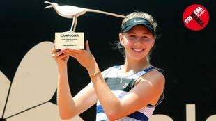 Anisimova con el trofeo tras ganar en  Bogotá, último torneo de la...