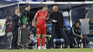 Zidane, dando instrucciones a Bale antes de ingresar al terreno de...