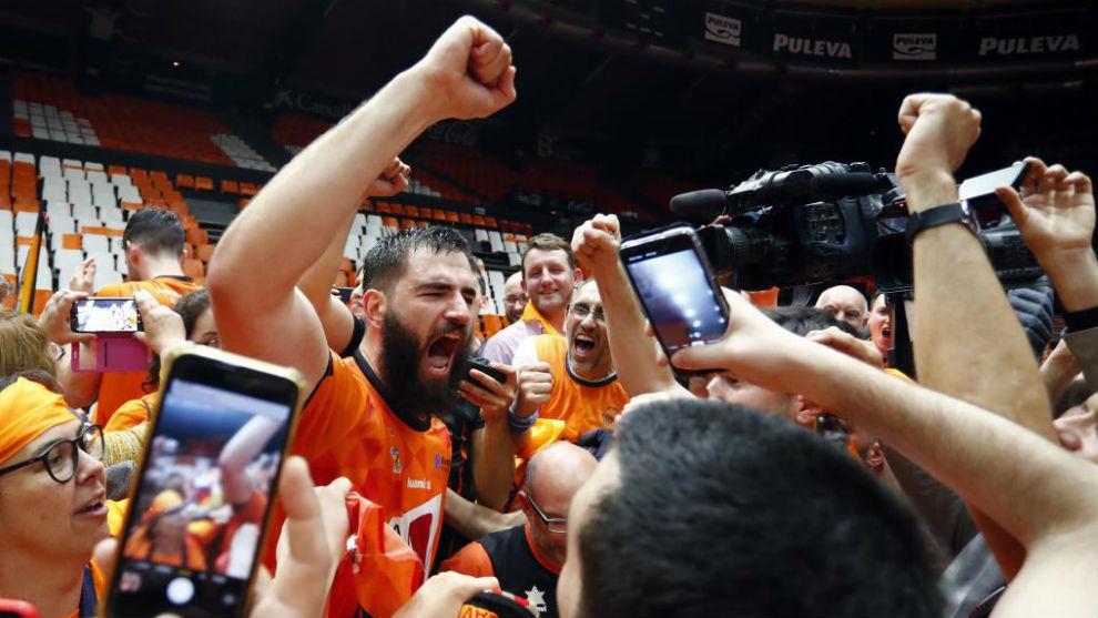 Bojan Dubljevic celebra el título de la Eurocup con los aficionados.