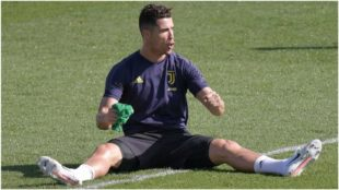 Cristiano Ronaldo bromea durante el entrenamiento de la Juventus.