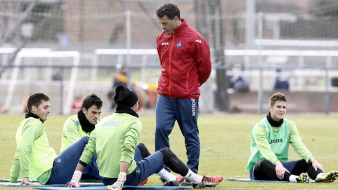 Luis García, en un entrenamiento del Getafe junto a Sarabia.