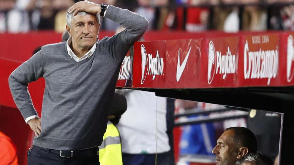 Setién, apesadumbrado en un momento del derbi contra el Sevilla.