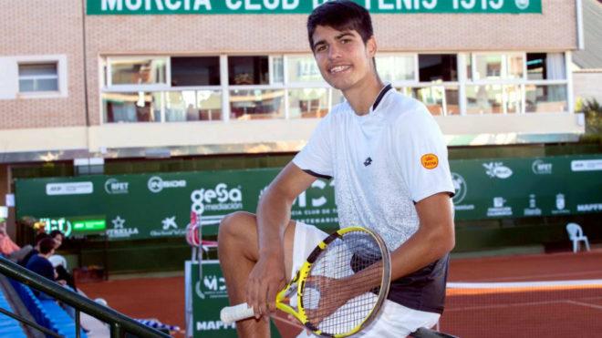 Carlos Alcaraz posa en el Murcia Club de Tenis.