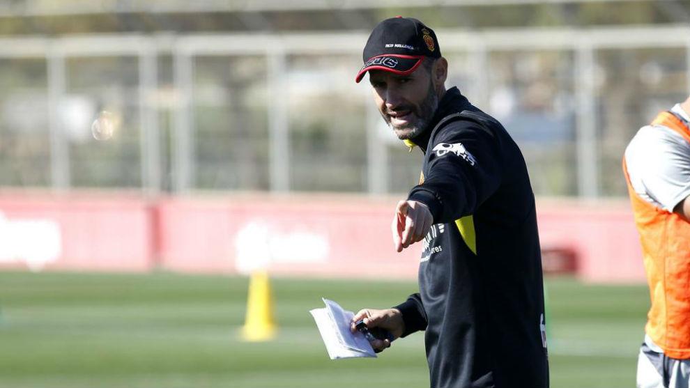 Moreno da instrucciones en un entrenamiento.