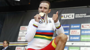 Alejandro Valverde posa con su oro mundial.